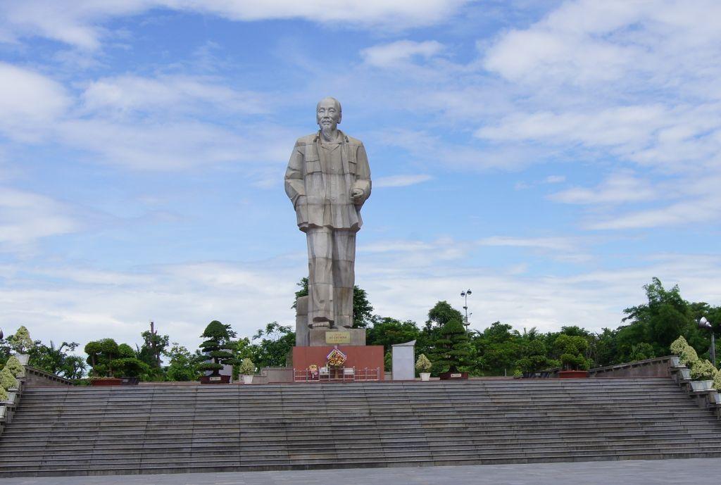 Quảng trường và tượng đài chủ tịch Hồ Chí Minh